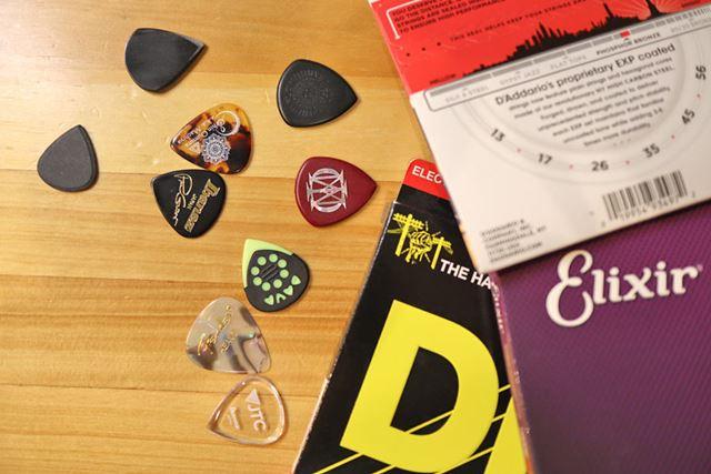世の中には、多種多様なピックと弦が販売されています