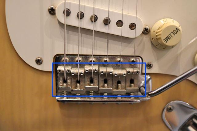6つに分かれたパーツがエレキギターのサドルです
