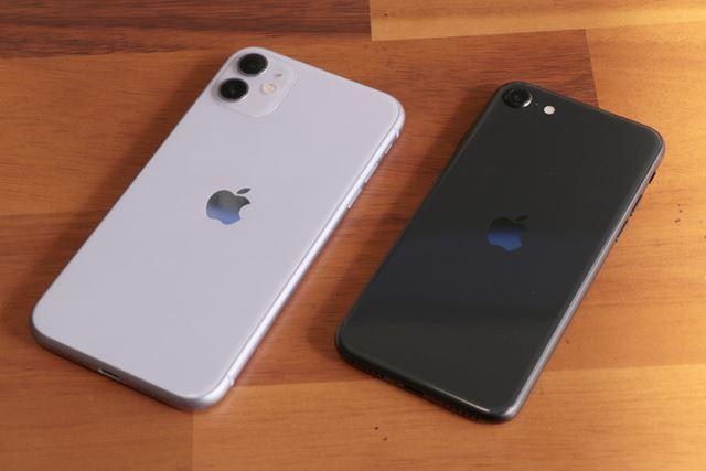 左のiPhone 11は広角と超広角のデュアルカメラを搭載。右の第2世代iPhone SEは広角のシングルカメラ