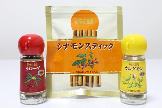 左から、クローブ、シナモンスティック、カルダモン(いずれもエスビー食品)