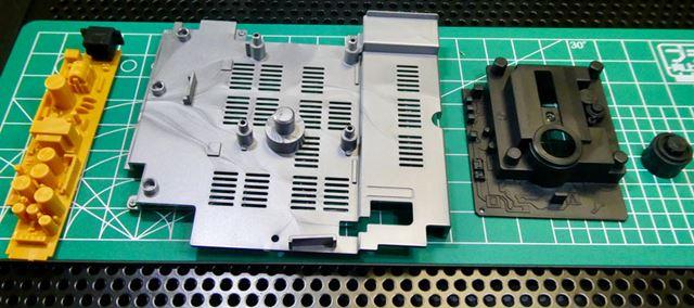 内部を作ります。本物の内部は見たことがないのでこれは貴重。黒はCD-ROM読み取り部分ですね