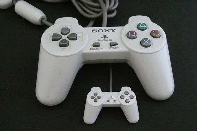 独特の形状のコントローラー。ボタンの模様はシールで再現します