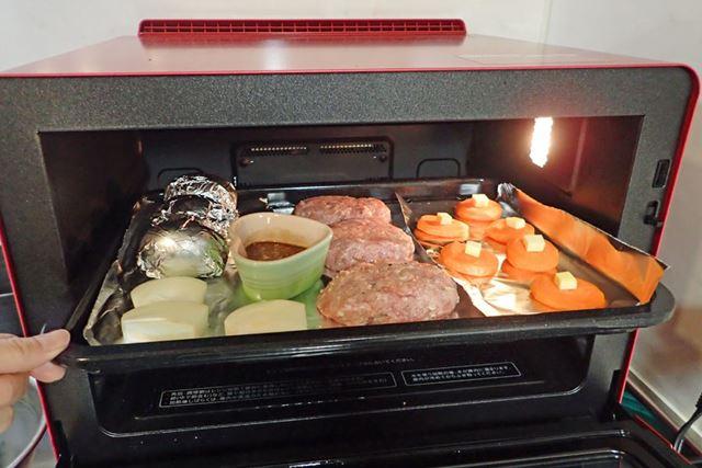 食材を並べた角皿を上段にセット
