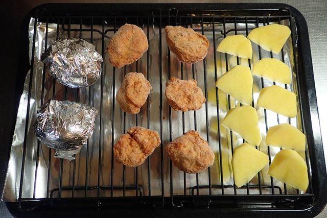 冷凍のからあげ、冷蔵の卵、常温のじゃがいもを調理。今回は、調理網を正しく並べて使用できています