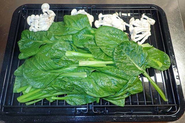 蒸し上がった野菜。青野菜の色が鮮やかです。調理前と比べても、色も形もそれほど変化していない印象