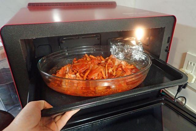 耐熱容器を角皿に載せ、庫内にセットしたら、まかせて調理の「焼く」で加熱
