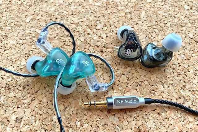 NF AUDIOのユニバーサルイヤホン「NA2」(左)と「NM2」(右)