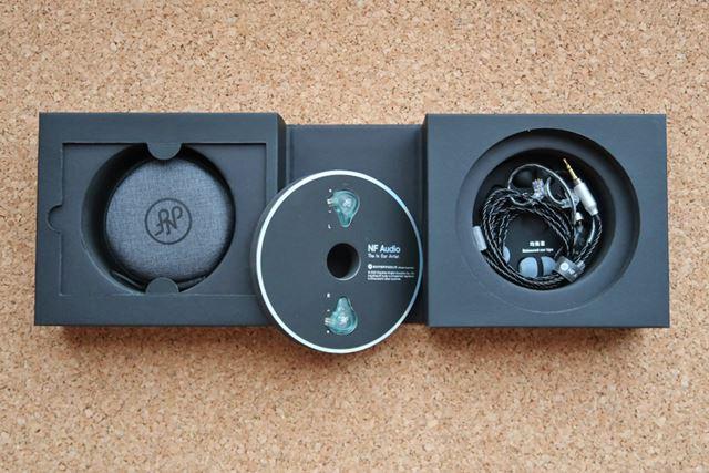 パッケージにはCDをモチーフにした凝ったデザインを採用している