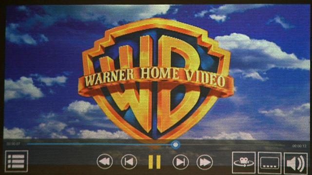DVD再生中の画面UI。操作メニューはすべて画面下部に並ぶ