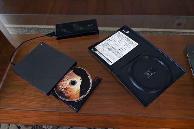 モバイルバッテリーを使って手元にDVDミレルを設置すれば、ディスクの入れ替えも簡単だ