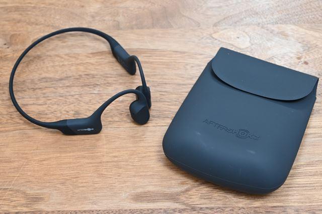 骨伝導ワイヤレスヘッドホンAS801は、付属の収納ポーチ含めてAeropexとまったく同じデザインだ