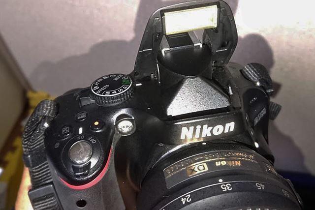 カメラのストロボの根元部分などの微細なチリを除去。カメラの外観全体をリフレッシュできました