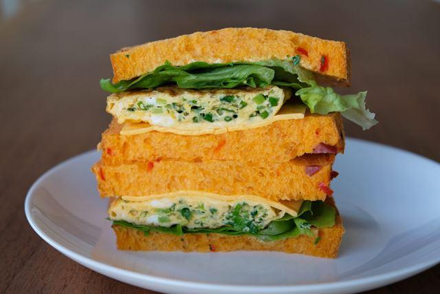 ベジピザ角食パンにオムレツやチーズ、野菜を挟めば、食べ応え満点のサンドイッチに!