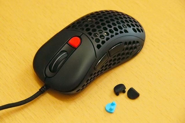 やわらかい素材でできたDPIボタンは引き抜くだけで取り外すことができます