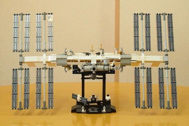 完成したレゴアイデア「国際宇宙ステーション」を正面から。置く場所を考えてしまうくらいの完成サイズです