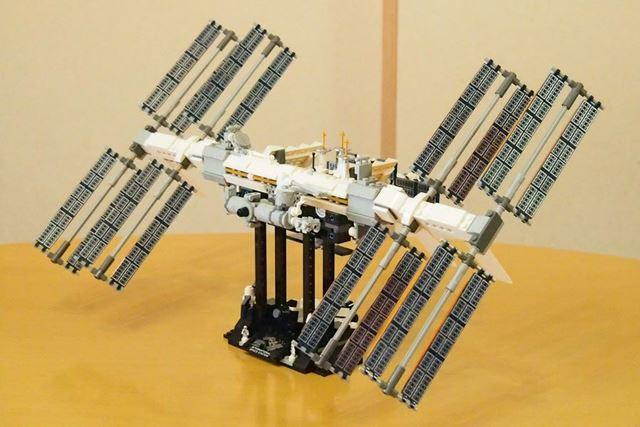 ソーラーパネルを回転させてみたところ。写真で見たISSの姿を再現できるのが楽しいキットです
