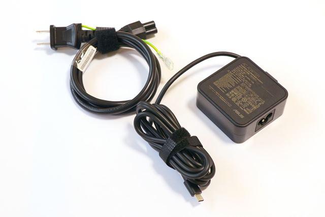 USB-C接続のACアダプターは小型で、ケーブルのほうがボリュームかさばるほどだ