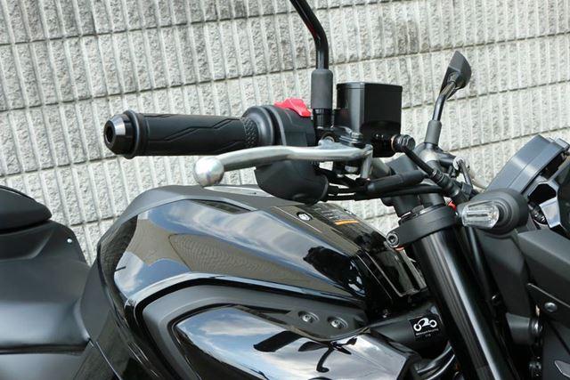 ハンドル高が従来モデルより40mmアップ。より上体が起きたライディングポジションとなる