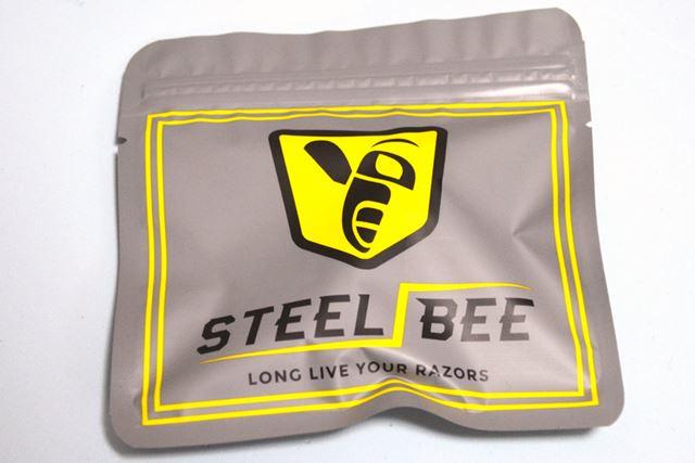 シンプルなアルミパウチ袋に入った製品。「LONG LIVE YOUR RAZORS」とアピールしています