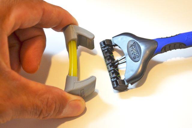 カミソリを使用後、ザッと水で汚れを流して乾いたタオルで拭き取り、「SteelBee」を装着
