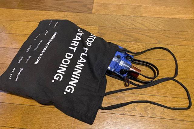 ぬれた傘が入った状態で、この傘袋を1日カバンに入れて過ごしてみました