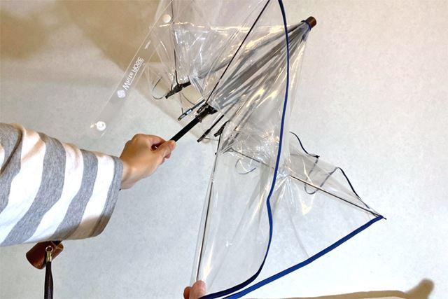 傘の開き方は、クラシックな手開き式。骨を1本ずつポキポキして開きます