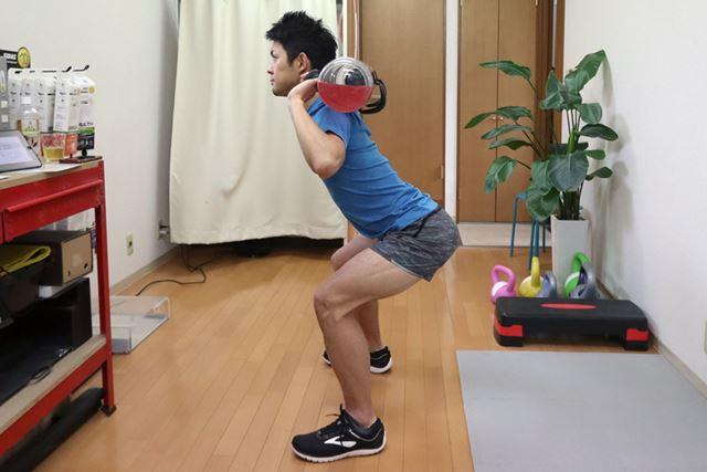 ひざがつま先より出ないように、背筋を伸ばして