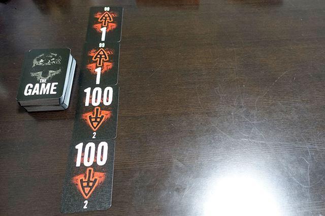 4枚の「結界カード」を縦に並べて、その左に「僚属カード」の山を配置