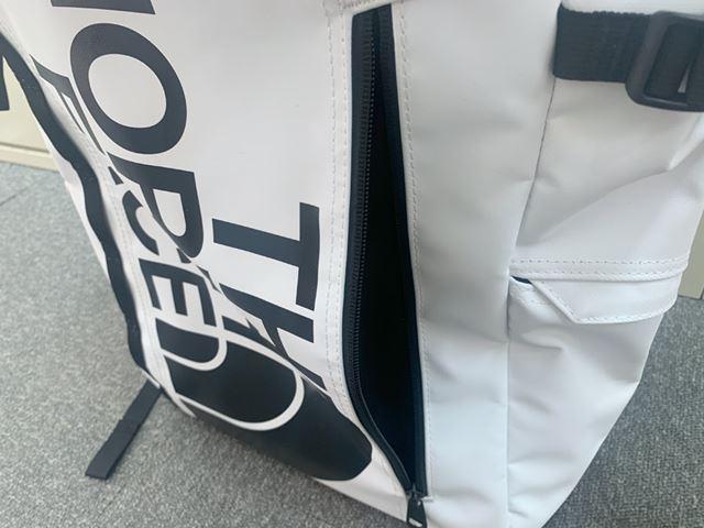 本体正面には、ファスナー付きのポケットが配され、出し入れの多いものはここに入れると便利