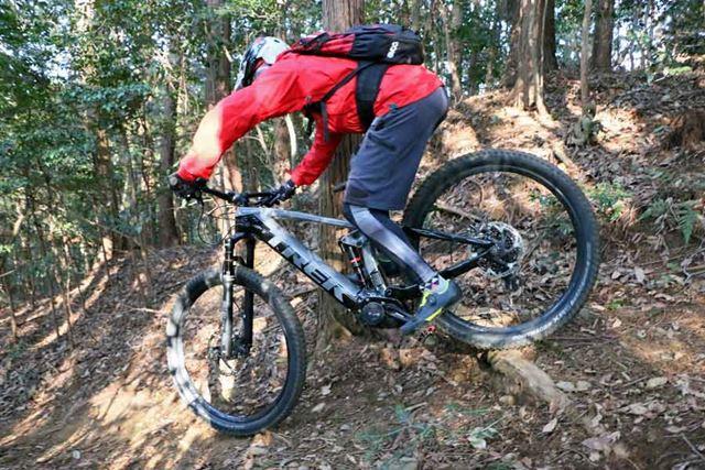 前後輪にブレーキをかけながら木の根を通過すると、荷重が抜けやすい後輪は滑ることが多いのだが……