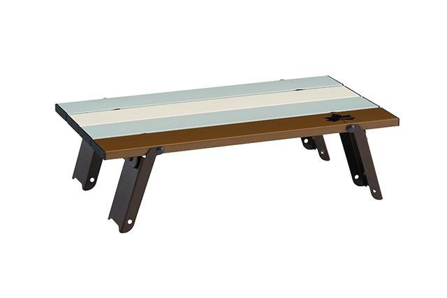 ビンテージ風に配色された天板が印象的なローテーブル。スマホなどの小物を置いておくのに便利だ