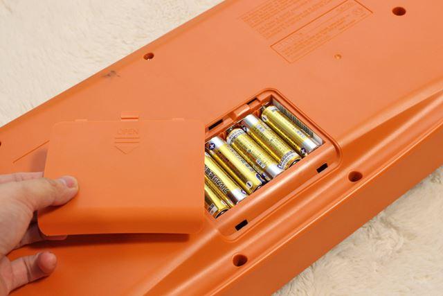 単三乾電池6本で駆動します。電源をつなげないで使える手軽さがミニキーボードのイイところ