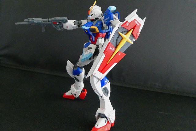 機動防盾は展開可能。前腕部の穴に差し込んで固定するほか、握り手で持つこともできます