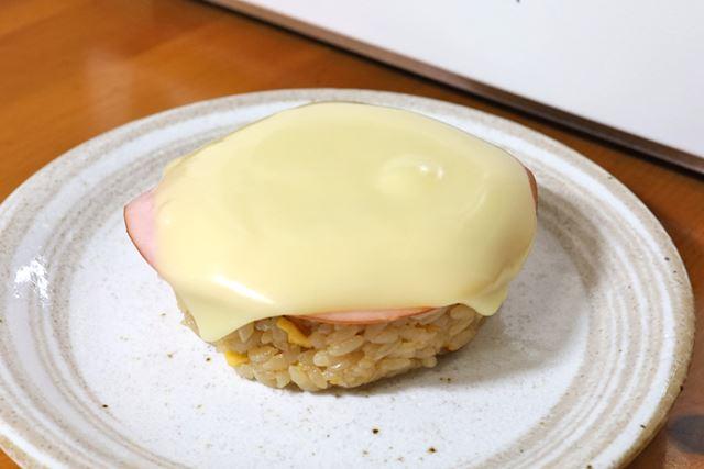 炒飯おにぎりにハムとチーズを乗せただけでこんなにリッチな味わいになるなんて!