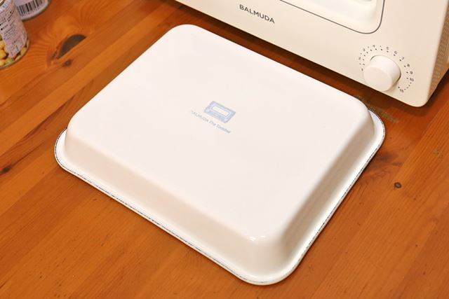 ちなみに本機専用の野田琺瑯ホワイトバットは、BALMUDA The Toasterのロゴ入りでカワイイです