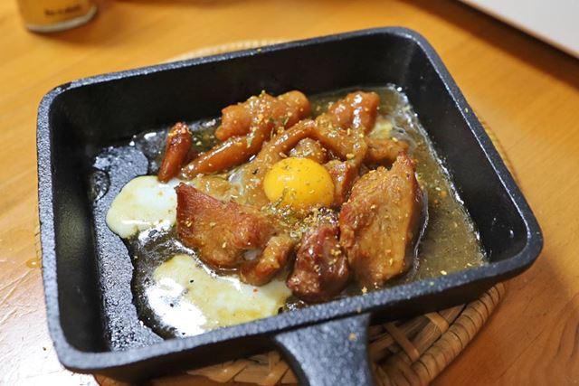 やきとり缶はそれだけでもおいしいけど、うずらの卵とごま油、唐辛子を乗せるだけで居酒屋の味になります
