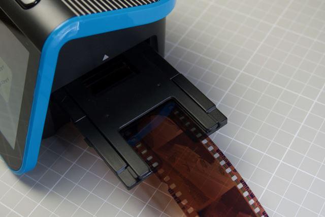 電源をオンにしたら、スキャンしたいフィルムストリップを本体右側から挿入します