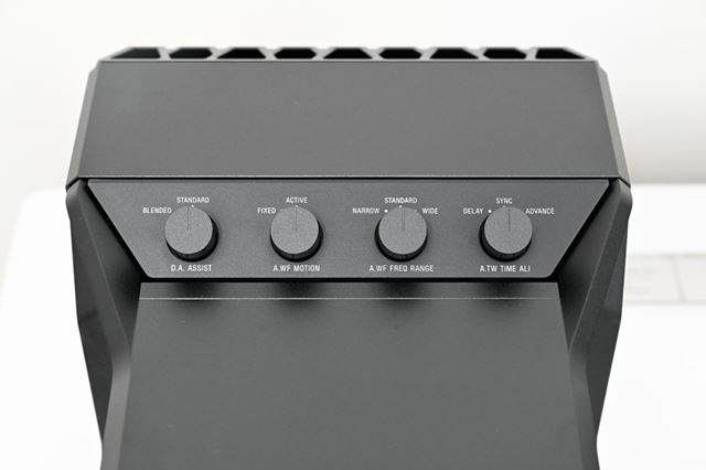 L側のサブスピーカー上部に用意されているダイアルで音の質感を調整できる