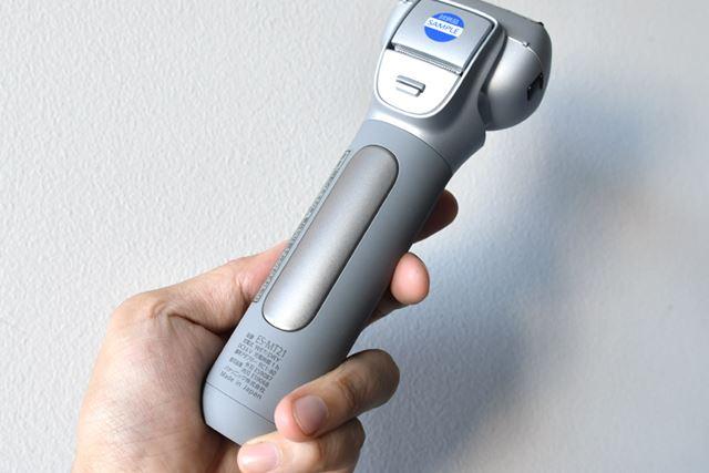 「イオンパネル」はチタン素材。ここを手のひらで押さえるようにして本体を握る