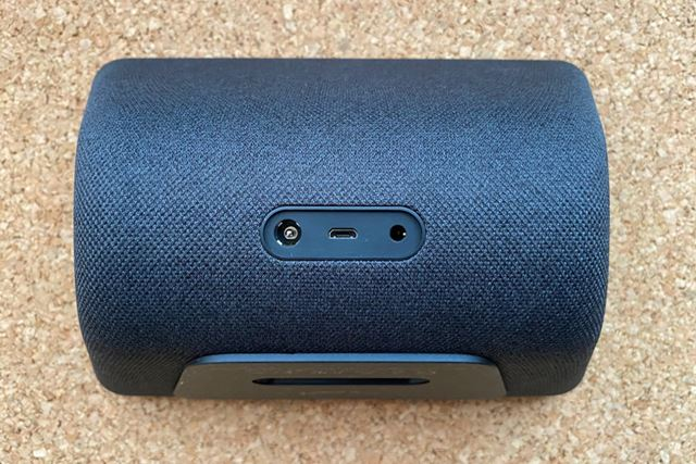 背面にはACアダプターの差込口とメンテナンス用USB端子、音声出力用3.5mm端子が並ぶ