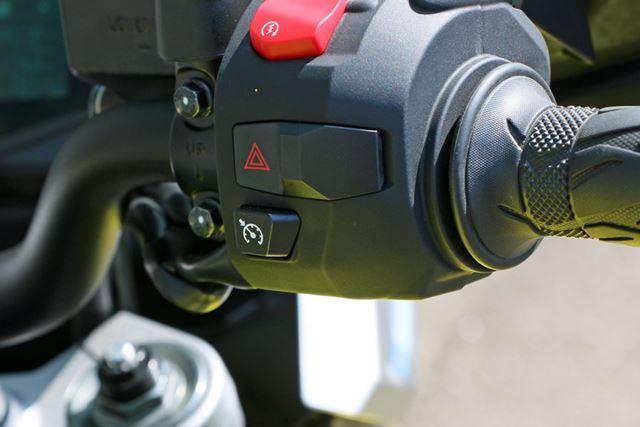 右手側にあるクルーズコントロールのボタンは「XT」のみの装備