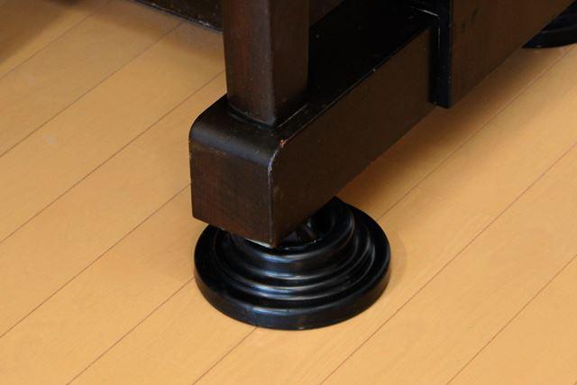 ピアノ用のインシュレーターは、振動を吸収するほか、床が傷つきにくいなどのメリットも
