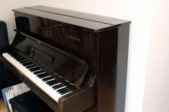 筆者宅でも一応、アップライトピアノを自室内の間仕切り壁側に設置しています