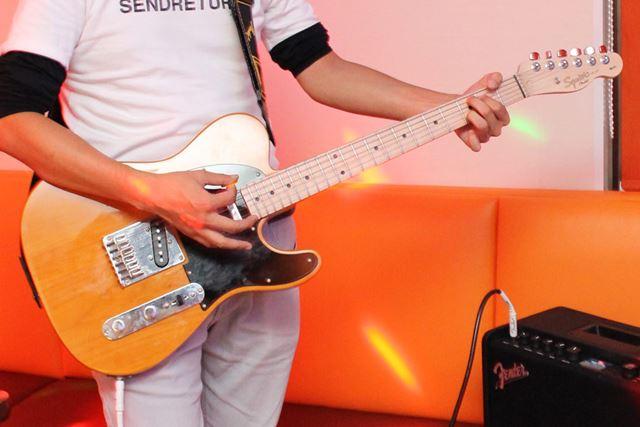 弦の振動を電気信号に変えて増幅させるエレキギターなら、音量調整できてヘッドホンも使えます