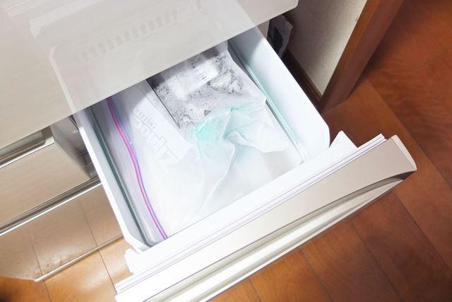 水に濡らしたフィルターをジップロックに入れ、冷凍室で12時間冷凍