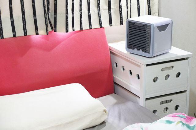 ベッドサイドに設置。吹出口から枕元までの距離を30〜50cmにしたところ、弱運転でも涼しさを感じられました