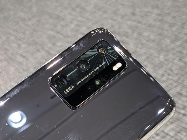 クアッドカメラは、背面にある長方形の土台に格納されています