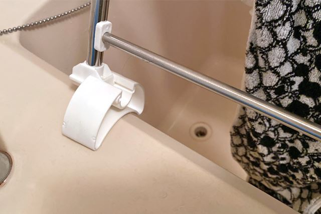 足の部分はこのようにしっかり固定されるので、幅広いタイプの浴槽で使えそう