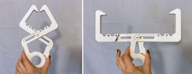 本体を軽く握ると、アームの先端がガバッと開きます。これを鴨居(ドア枠)に挟むようにして取り付けます