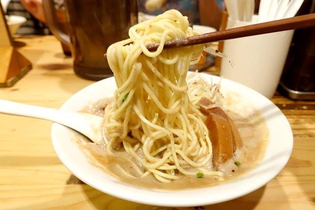 麺は中太ストレート麺で、まさに京都ラーメンの王道!